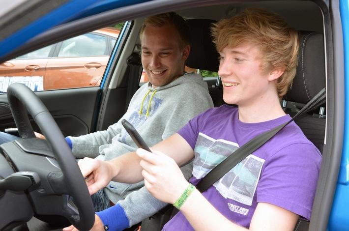 """Europaweite Ford-Studie: Jeder dritte deutsche junge Autofahrer hat bereits """"Selfies"""" während der Fahrt geknipst"""