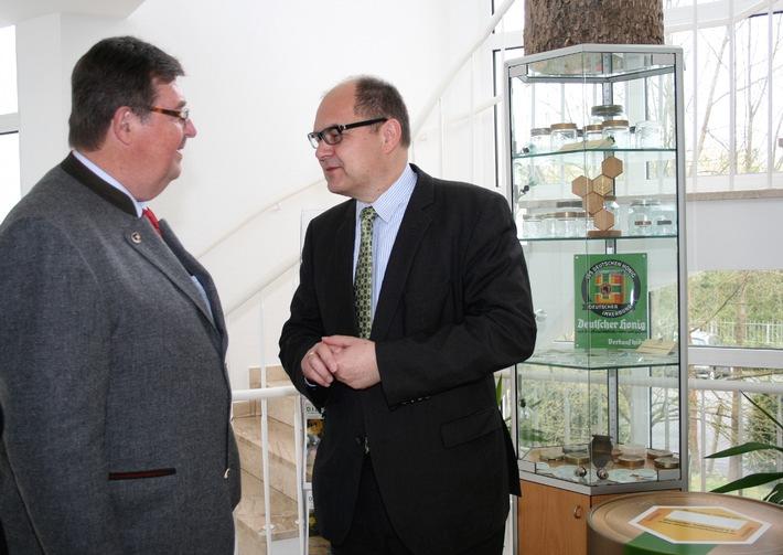 """Christian Schmidt besucht """"Haus des Imkers"""" / Lebensbedingungen für Blüten bestäubende Insekten müssen vor allem auf dem Lande verbessert werden"""