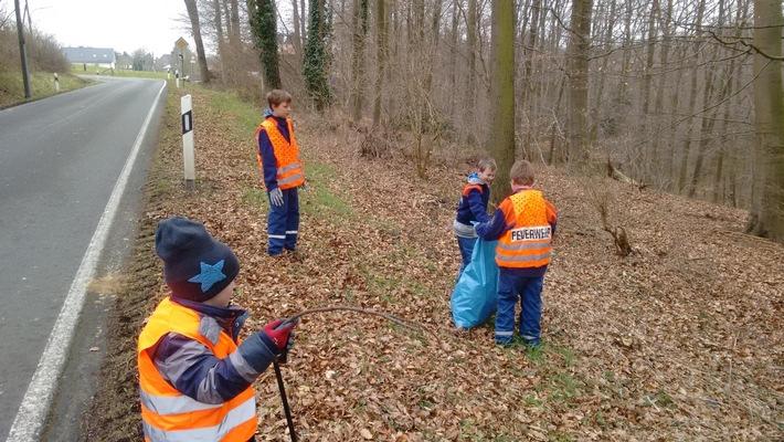"""FW-AR: Voßwinkeler Jugendfeuerwehr unterstützt tatkräftig bei """"Arnsberg putzt munter"""""""