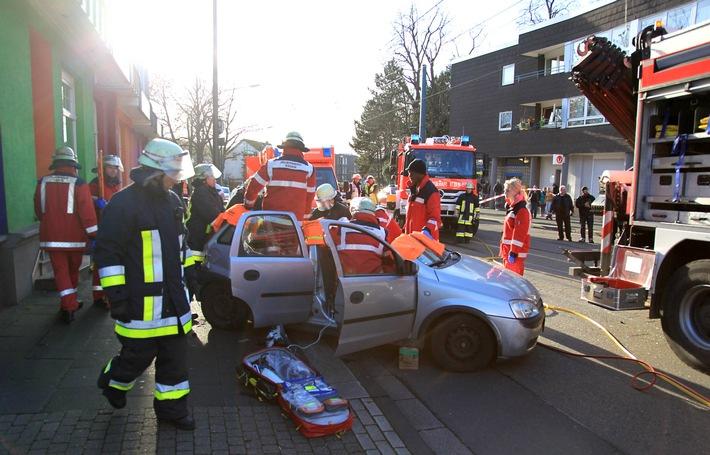 FW-E: Opel Corsa kollidiert mit Straßenbahn auf der Essener Straße, Fahrer des Opels schwer verletzt