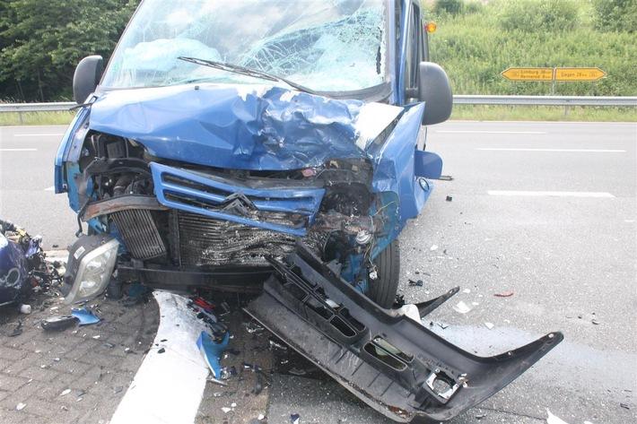 Aufnahme des stark beschädigten Lieferwagens