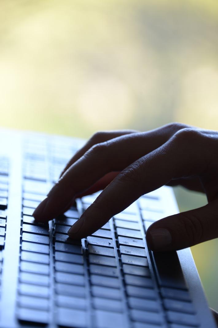 Die Betrüger agieren per E-Mail oder Telefon.