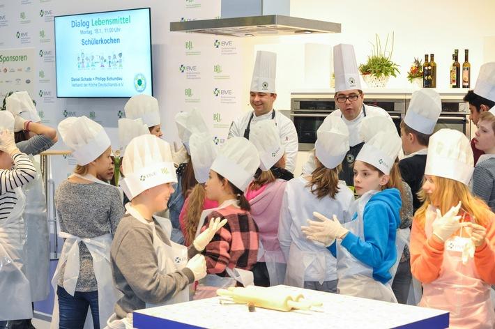Grüne Woche 2017: Dialog Lebensmittel - Ernährungsbildung in Theorie und Praxis - Kochen mit Spitzenköchen auf dem Gemeinschaftsstand von BLL und BVE