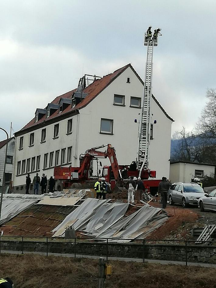 Am Brandort wurde die Drehleiter eingesetzt. Auf dem Dach sieht man noch Teile des eingestürzten Glockenturms.