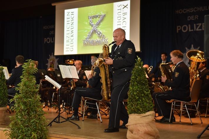 Auch in der Hochwaldhalle Hermeskeil versprühte das Landespolizeiorchester Rheinland-Pfalz wieder ein musikalisches Feuerwerk im Rahmen des Festaktes zur Graduierung des Bachelorstudiengangs Polizeidienst.