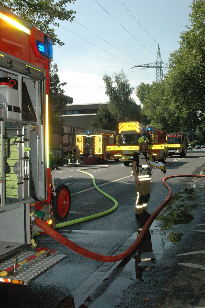 FW Ratingen: Kellerbrand in einem 10-geschossigen Mehrfamilienhaus