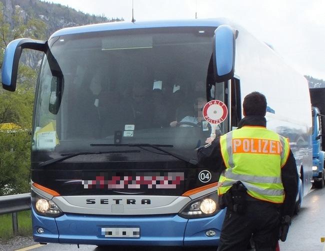 Rosenheimer Bundespolizisten haben 15 unerlaubt Eingereiste in Fernbus aus Verona festgenommen