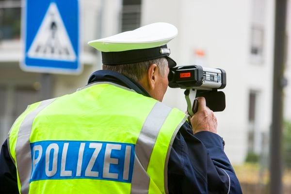 Polizeibeamter bei Geschwindigkeitsmessung
