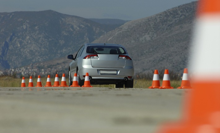 Trainings für Kraftfahrer: Richtig abgesichert auf dem Verkehrsübungsplatz