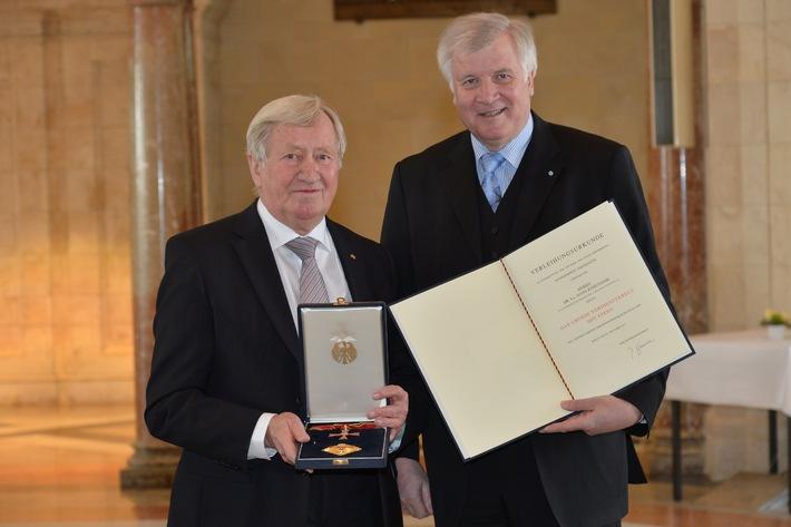 Großes Verdienstkreuz mit Stern für Hans Zehetmair / Horst Seehofer überreicht Bundesverdienstkreuz