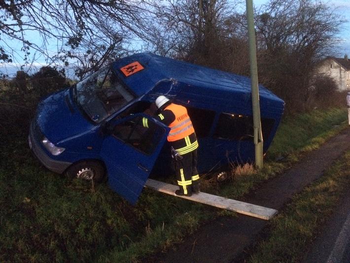FW-Stolberg: Verkehrsunfall mit Kleinbus und Ausgelöste Brandmeldeanlage in kurzer Folge