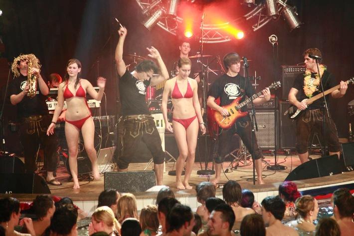 """Party im Pool: Es wird heiß bei """"Deutschlands beste Partyband""""..."""