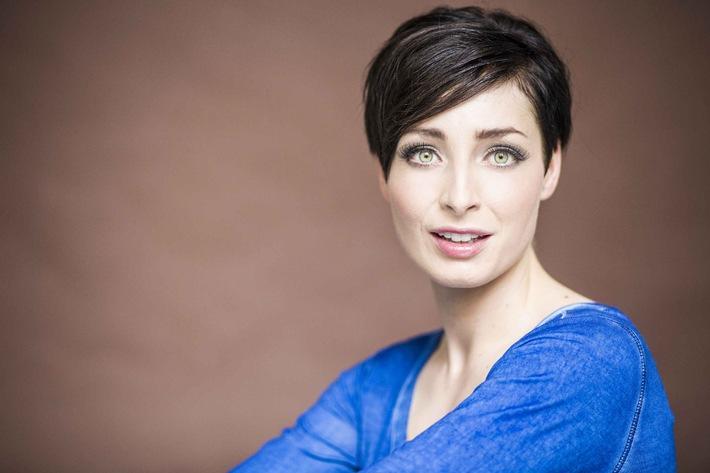 """Quirlig, neugierig und mittendrin: Kathy Weber moderiert ab 13. Januar 2015 das """"K1 Magazin"""" bei kabel eins"""