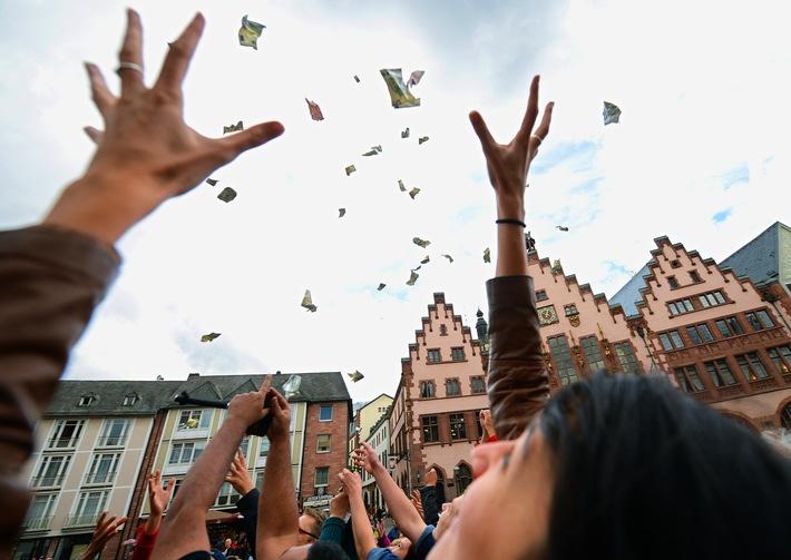 Echte Banknoten vom Himmel / Ein Konto für die ganze Welt / Für diese politische Neuerung regnet es Geld in Zürich