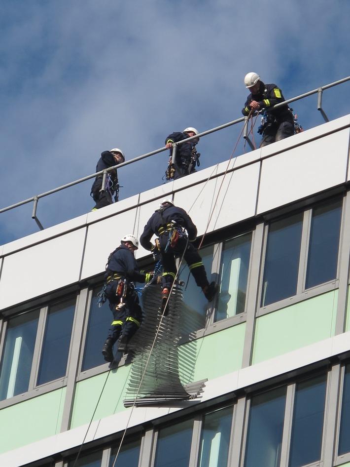 FW-D: Lose Außenjalousie erfordert Höhenretter-Einsatz