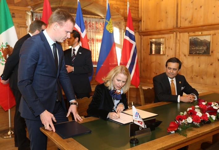 ikr: WEF 2016: Regierungsrätin Aurelia Frick unterschreibt Neuverhandlungen des Freihandelsabkommens der EFTA mit Mexiko