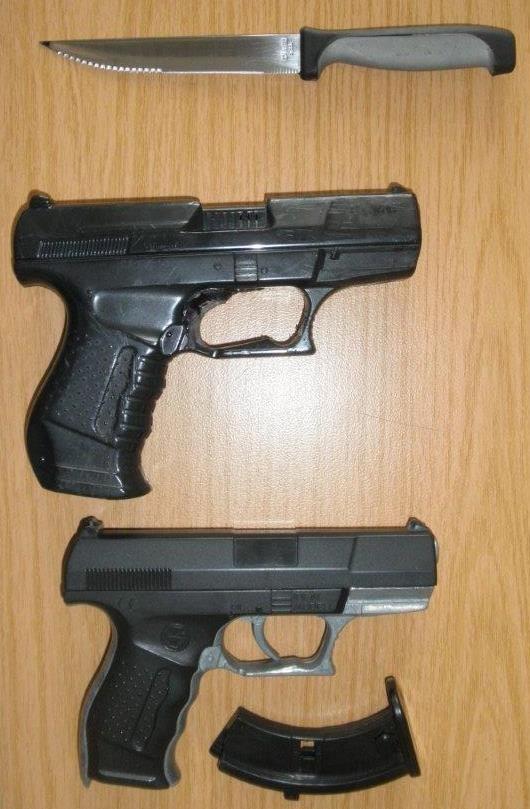 BPOLI KLT: Anscheinswaffen und Messer sichergestellt