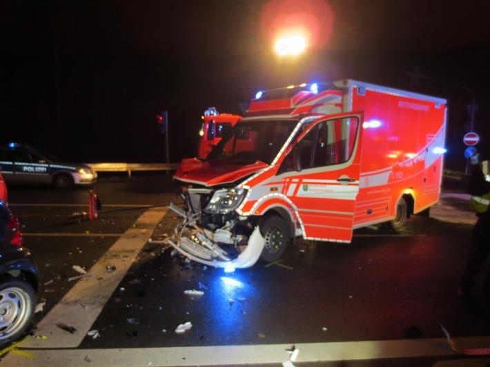 FW-GL: Schwerer Verkehrsunfall unter Beteiligung eines Rettungswagens der Feuerwehr Bergisch Gladbach