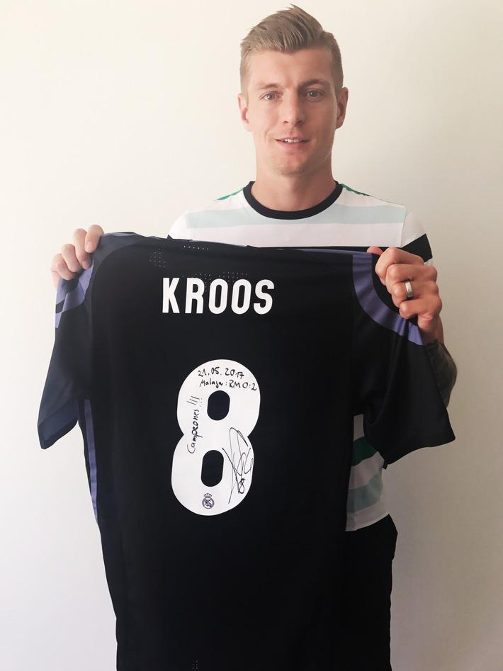 Toni Kroos zeigt Herz für schwerstkranke Kinder / United Charity versteigert das getragene Meistertrikot des Fußballstars für den guten Zweck