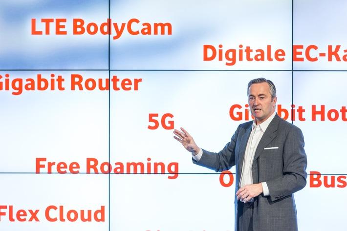 Vodafone Pressekonferenz zur CeBIT 2016: Hannes Ametsreiter, CEO Vodafone Deutschland, präsentiert Feuerwerk an Innovation