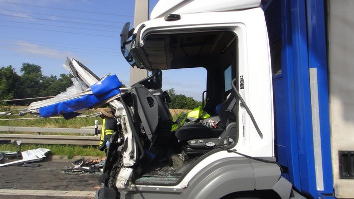 FW-NE: Schwerer Verkehrsunfall zwischen drei LKW