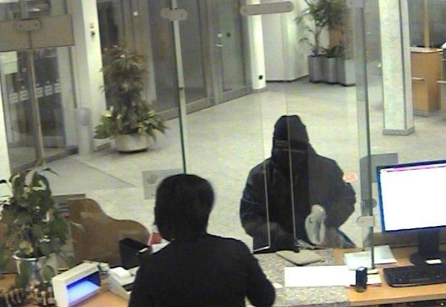 POL-MFR: (370) Räuber überfällt Bank - Belohnung ausgesetzt