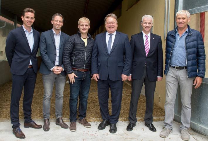 in Lidl erweitert Sortiment an Geflügelprodukten mit TierschutzlabelBayerischer Landwirtschaftsminister Helmut Brunner informiert sich über Tierwohl in der Hähnchenaufzucht