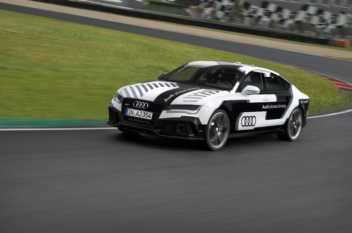 Audi bringt das sportlichste pilotiert fahrende Auto der Welt auf die Rennstrecke