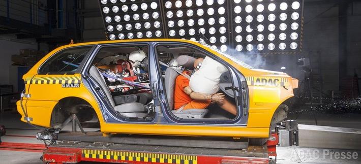 Falsches Beladen kann tödlich enden / ADAC: Gepäckstücke und Skiausrüstung richtig verstauen
