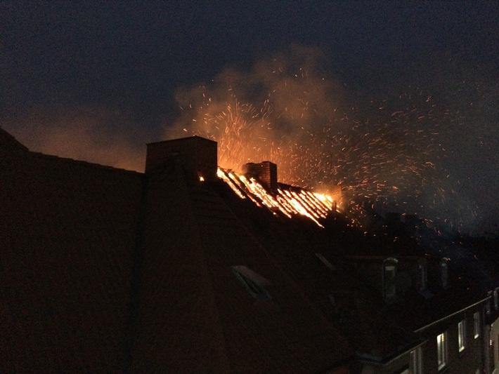 FW-GE: Feuer mit Menschenleben in Gefahr in Bulmke-Hülle- Brennt Dachstuhl in der Germanenstraße in voller Ausdehnung