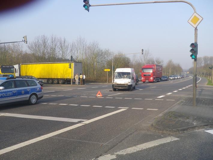 POL-DN: Lkw-Fahrer missachtete die Vorfahrt
