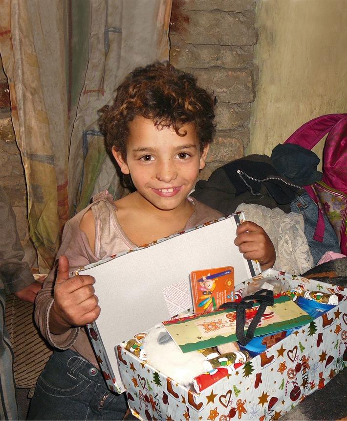 """Weihnachtsgeschenke aus dem Schuhkarton: Bis zum 15. Nov. sammeln rund 150 Abgabestellen von """"Weihnachten im Schuhkarton"""" schweizweit Geschenke für Kinder in Not in Georgien"""