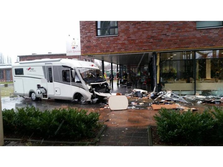 FW-DO: Wohnmobil prallt gegen Café / Zwei verletzte Personen