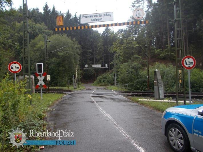 Von diesem Bahnübergang ging gegen 16.15 Uhr die Störmeldung ein. Der Grund war vor Ort schnell gefunden: Die Schranke lag abgerissen auf dem Boden (rechts im Bild - vor dem Schrankenbaum).