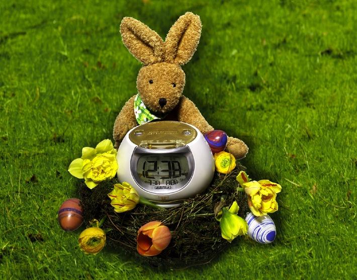 Ein Osterei mit Hahnenschrei: das Philips Clock-Radio weckt mit Frühlingsatmosphäre