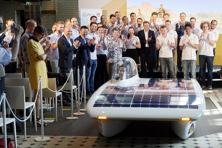 Bundesumweltministerin Dr. Barbara Hendricks verabschiedet Huawei Sonnenwagen zum Rennen nach Australien