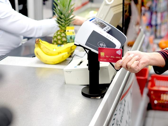 Immer mehr Schweizer nutzen ihre Kreditkarte fürs kontaktlose Zahlen