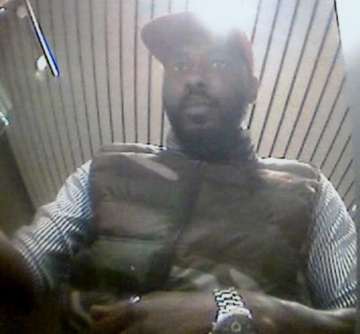 POL-D: Ermittlungen nach Kontobetrügereien - Polizei fahndet mit Fotos nach Unbekannten - Wer kennt die Männer?