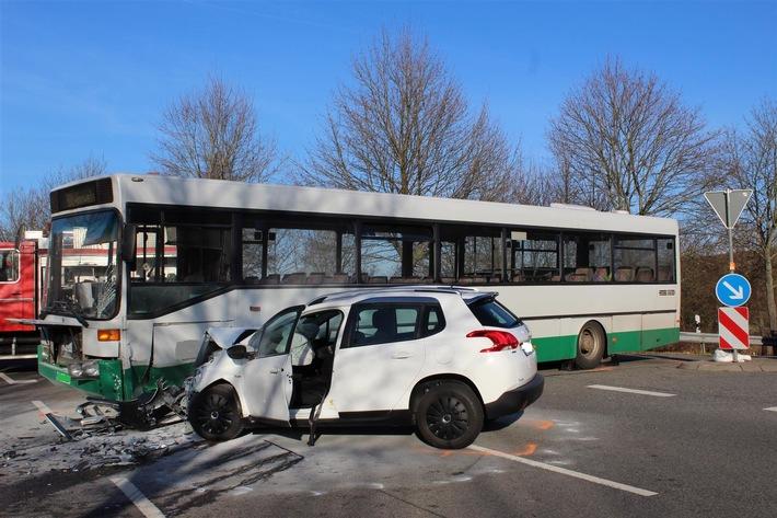 POL-PDKL: Zwei Leichtverletzte bei Unfall mit Linienbus