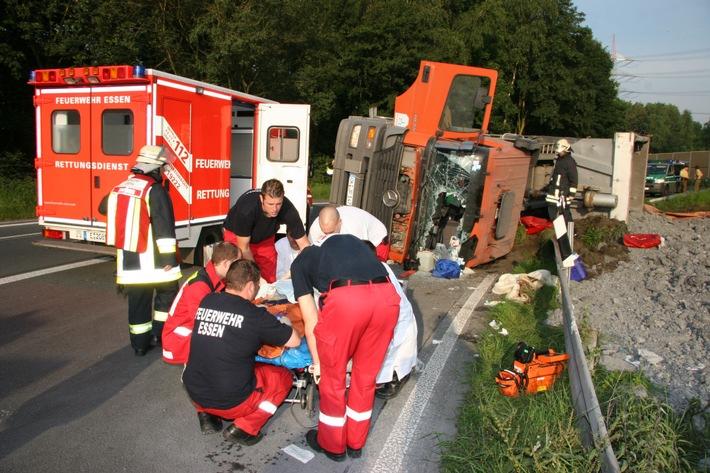 FW-E: Verkehrsunfall II., umgestürzter LKW auf A42 in der Autobahnanschlussstelle Bottrop-Süd (Foto verfügbar)