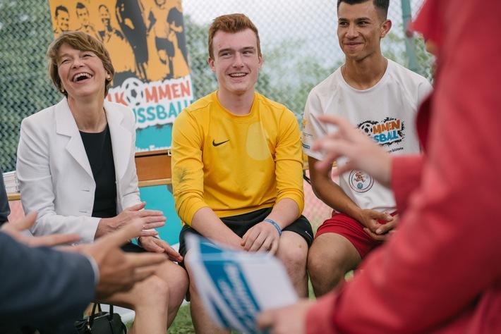 """Elke Büdenbender zu Besuch bei einem Integrationsprogramm der Deutschen Kinder- und Jugendstiftung / Daniela Schadt übergibt Schirmherrschaft im Rahmen des """"Willkommen im Fußball""""-Cups"""