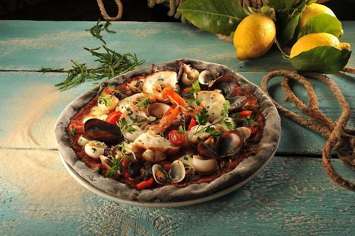 Molino präsentiert seine erste Saison-Pizza / Pizza CALIPSO DOC mit Sepia-Tinte: Molino lanciert eine originelle Saisonkreation, die Appetit auf Meer macht