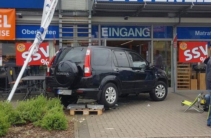 POL-HM: Bremse mit Gas verwechselt - Pkw fährt in Verkaufsfläche