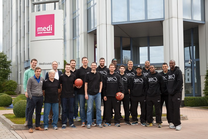 Gut gerüstet in die neue Saison: Die Basketball-Mannschaft medi bayreuth besucht den Hauptsponsor
