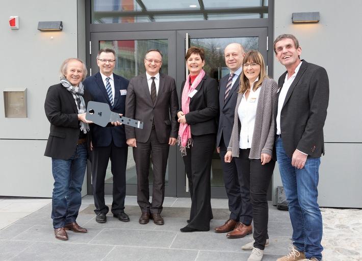 Martin-Buber-Jugendherberge ist Botschafter der Energiewende / Erstes Gebäude im dena-Modellvorhaben nach energetischer Modernisierung wieder eröffnet