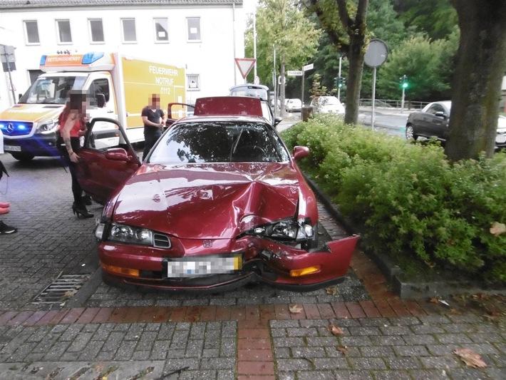 POL-AC: Fahrer verliert die Kontrolle - Pkw prallt gegen Laternenmast