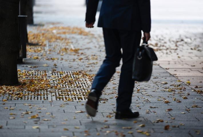 Wenn die Blätter fallen / Herbstlaub kann Straßen in rutschige Flächen verwandeln