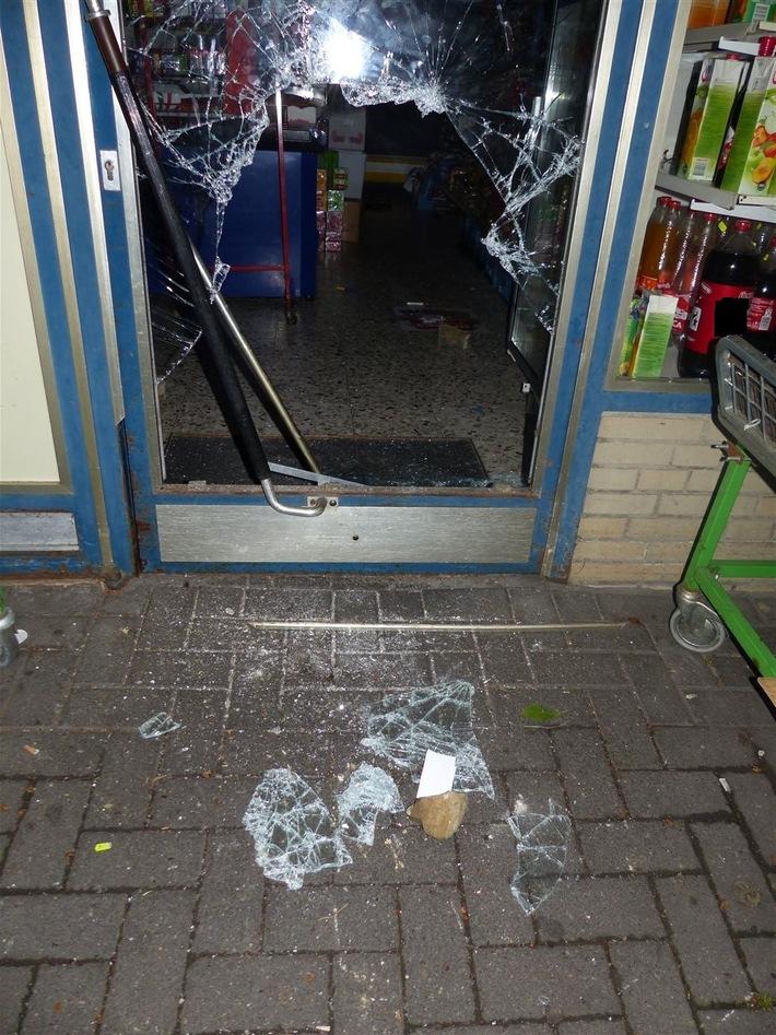 Um in den Verbrauchermarkt einzudringen schlugen die Täter die Scheibe ein.