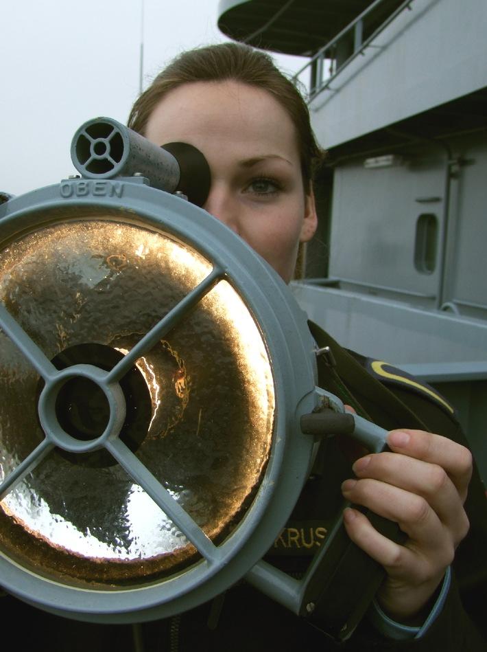 Deutsche Marine - Pressemeldung (Feature): Altes Seemannshandwerk immer noch unverzichtbar - Wie eine Wolgasterin auf See mit anderen Schiffen kommuniziert