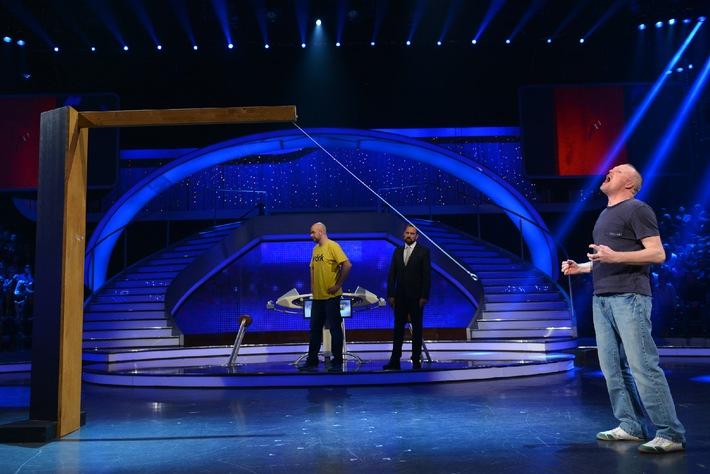 Mit einem klassischen (linken) Haken aus Metall: Raab und ProSieben schlagen RTL am Samstag  / Peter aus Berlin gewinnt 2,5 Millionen